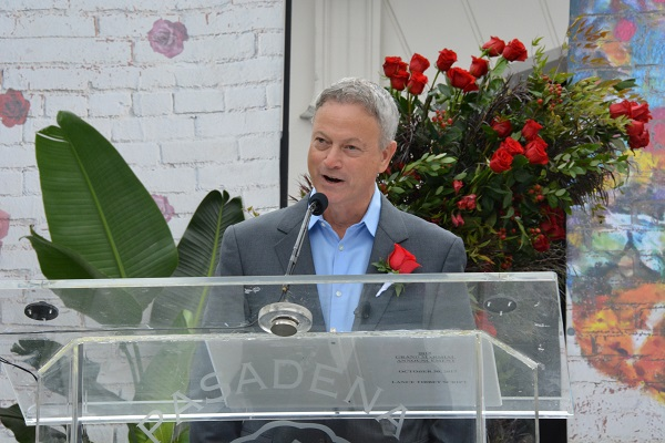 Gary Sinise speaks from the lectern