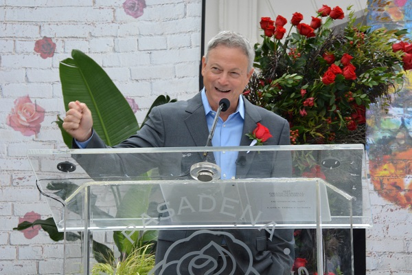 Gary Sinise laughs from lectern at Tournament House