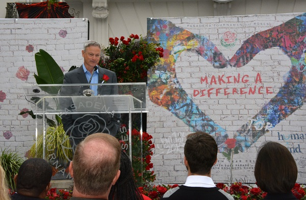 Gary Sinise addresses audience from the lectern at Tournament House