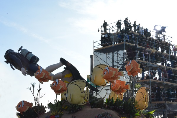 Closeup of diver and clownfish on China Airlines float as it passes grandstand